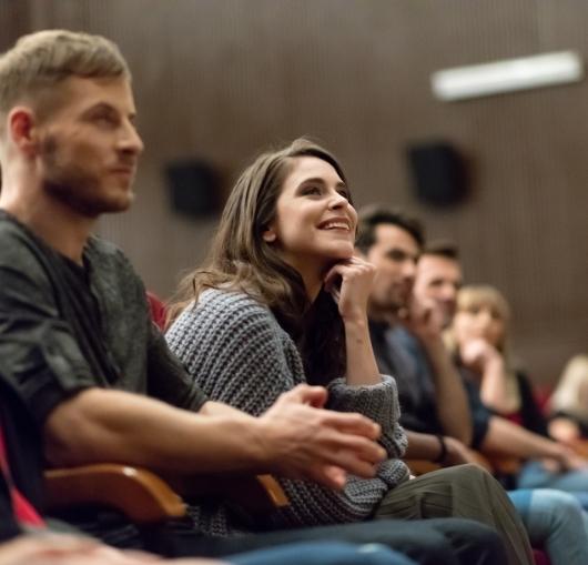 formation prise de parole en public à Nantes, cours de théâtre pour les débutants. Travail sur la confiance en soi.